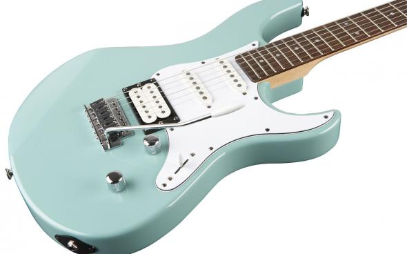 Yamaha Pacifica 112V (Sonic Blue): 2